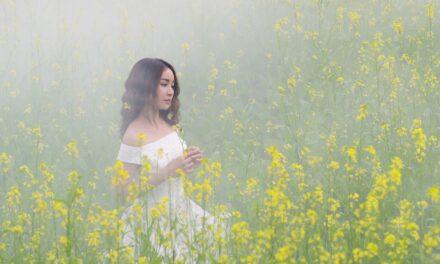 Jak nosić białą sukienkę na co dzień i nie wyglądać jak panna młoda?