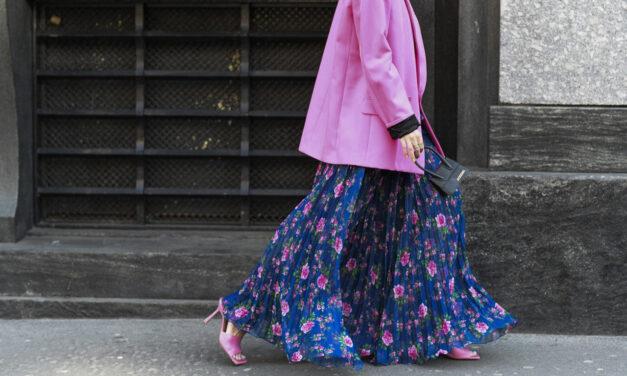 Jak nosić sukienkę w kwiaty na co dzień? Pomysły na stylizacje