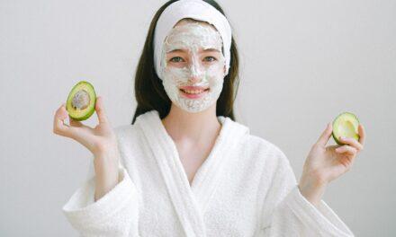 Letnia pielęgnacja twarzy – na co zwrócić uwagę?